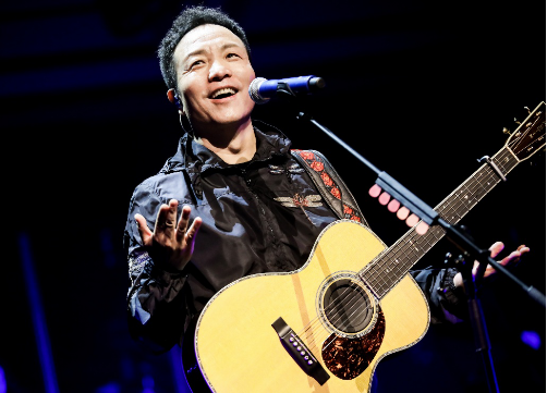 许巍新专辑《无尽光芒》举行首唱会
